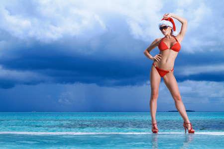 niñas en bikini: Hermosa mujer descansando cerca de la piscina en Maldivas
