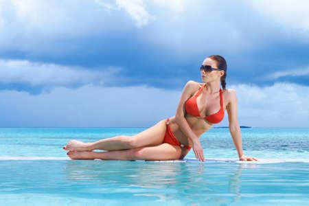 blue lagoon: Bella donna riposo vicino piscina alle Maldive