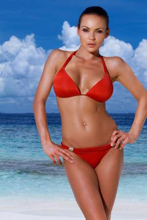ni�as en bikini: Hermosa mujer relajante en Playa de las Maldivas Foto de archivo