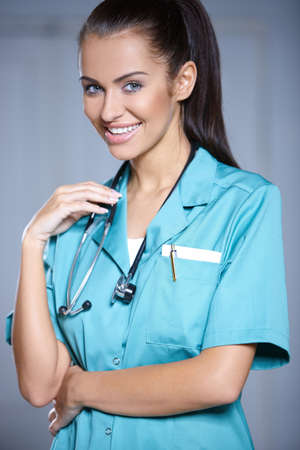 doctor verpleegster: Portret van mooie vrouwelijke arts op een grijze achtergrond