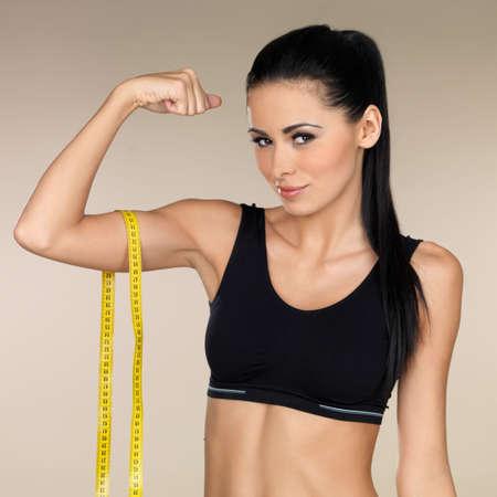 Giovane donna bella dopo il tempo di fitness e di esercizio