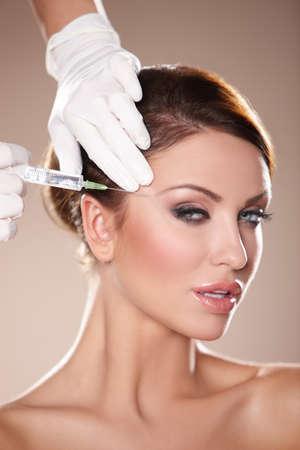 rides: Belle femme obtient injection de botox dans son visage  Banque d'images