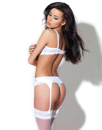 erotico: Splendida sposa in lingerie bianca camminando in e in posa