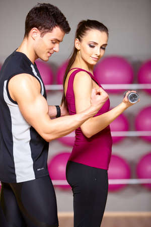 hombre fuerte: Deportivo par ejercer en el gimnasio de fitness