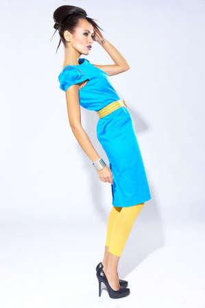 poses de modelos: Modelo mujer hermosa en un vestido azul sobre fondo blanco