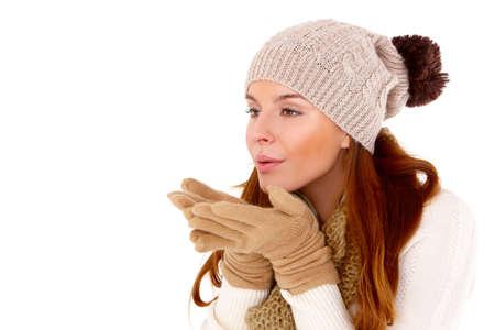warm clothes: Giovane donna che indossa vestiti caldi su bianco