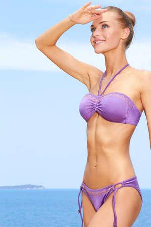 mani incrociate: Ritratto di giovane donna godendo all'aperto in spiaggia