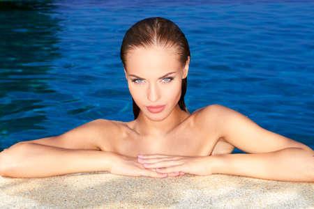 bikini bleu: Sexy femme au bord de la piscine