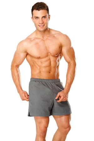 musculoso: Retrato de un atleta masculino muscular aislado en un fondo blanco