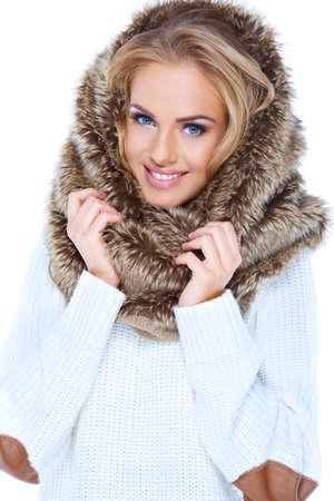 sweater: Atractiva mujer rubia llevaba capucha de piel y sonriente Foto de archivo