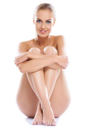 mujer desnuda sentada: Retrato de una mujer adorable joven con una figura hermosa, sentado aisladas
