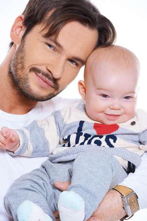 vaderlijk: Close-up portret van een gelukkig lachende vader en mooi stralend baby geïsoleerd op wit
