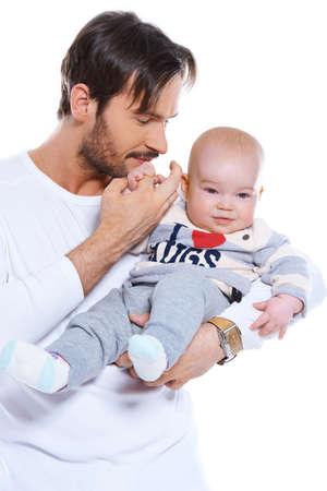 vaderlijk: Jong houdend van rustplaats vader zijn lachende blije baby op zijn arm, bovenlichaam studio portret op wit