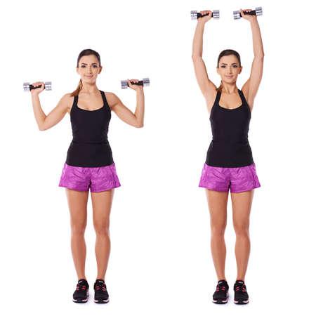 Femme travaillant avec haltères présentés dans deux positions debout face à la caméra avec l'haltère à hauteur d'épaule flexion et d'extension bras