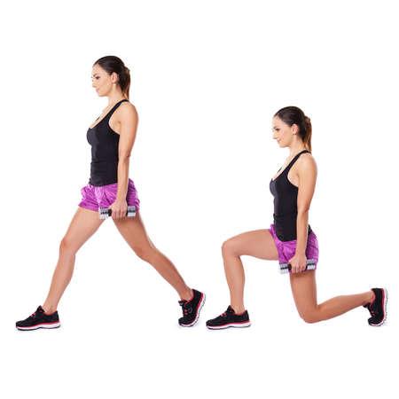 legs spread: Atletica giovane donna che lavora con manubri visualizzati in due posizioni in piedi lateralmente alla telecamera con le gambe in posizione eretta e di piegatura