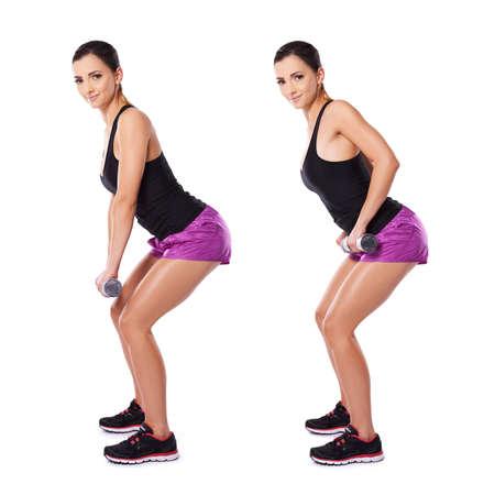 knees bent: Shapely bella donna giovane che lavora con manubri visualizzati in due posizioni in piedi lateralmente alla fotocamera con le ginocchia piegate alzando e abbassando i manubri, flettendo il braccio