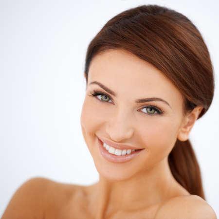 Tête et épaules, studio, portrait d'une femme souriante belle heureuse avec un teint naturel charmant fraîche isolé sur blanc Banque d'images