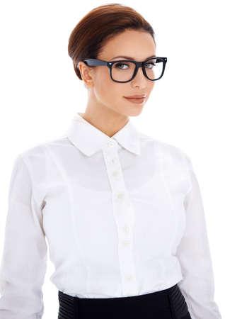 Belle femme d'affaires intelligente professionnelle dans des verres et un chemisier blanc uni donner son prêt un aspect assez sévère scolaires isolé sur blanc