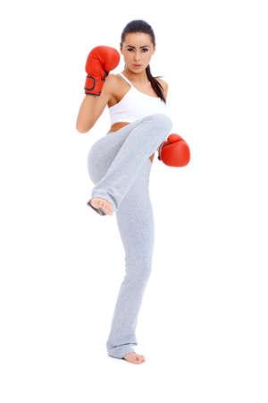 full body shot: Golpe al cuerpo completo de kick boxer femenino sobre fondo blanco