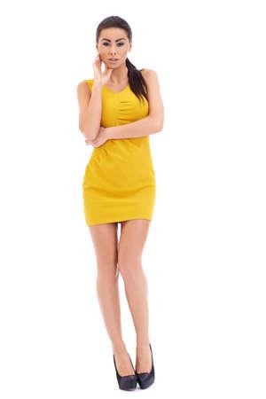 cuerpo entero: Sexy morena modelo posando en blanco retrato, estudio completo del cuerpo