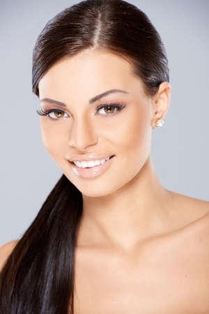 cola mujer: Cerca de la sonrisa hermosa mujer con cabello largo y negro Foto de archivo