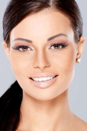 labios sexy: Cerca de la sonrisa hermosa mujer con cabello largo y negro Foto de archivo