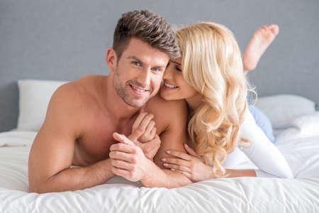 parejas felices: Sexy Pareja joven en la cama Sweet Moments Foto de archivo