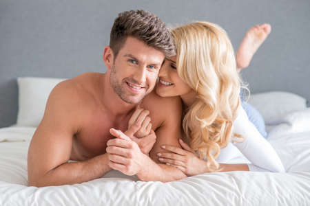 pareja en casa: Sexy Pareja joven en la cama Sweet Moments Foto de archivo