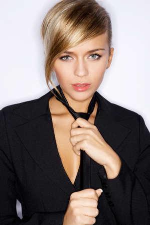 pelo castaño claro: Mujer Llevaba Negro traje chaqueta y corbata