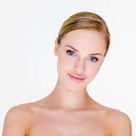 nackte brust: Blonde Frau mit nackten Schultern in Studio Lizenzfreie Bilder