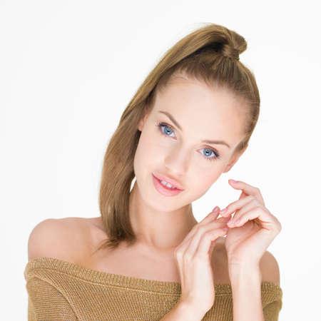labios sensuales: Muy sonriente mujer joven en vestido de hombro Off