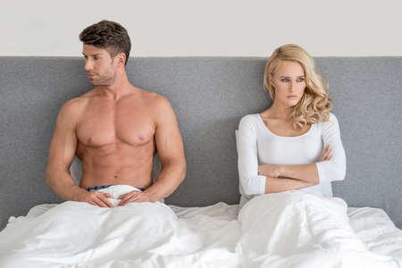 novios enojados: Pareja casada teniendo una discusi�n