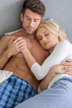niño sin camisa: Romántica pareja de mediana edad atractiva que duerme en cama