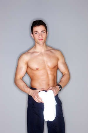 desnudo masculino: Modelo masculino descamisado en el fondo gris