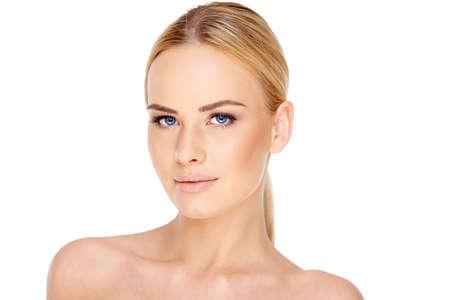 femme blonde: Jolie jeune femme blonde aux yeux bleus