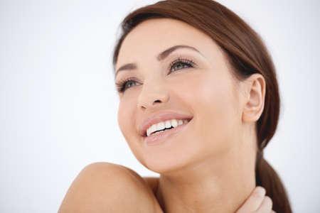 belle brunette: Jeune femme avec une expression heureuse de r�ve Banque d'images