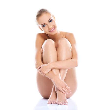niña desnuda: Mujer desnuda sentada en el piso con las piernas cruzadas