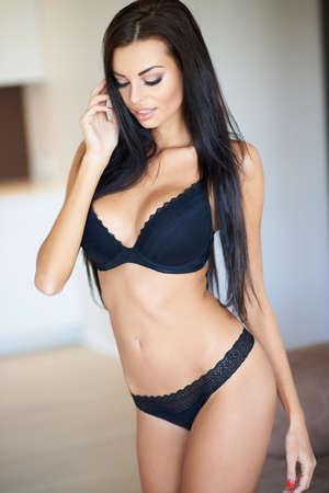 mujeres eroticas: Pretty Woman pelo largo en la ropa interior Sexy Negro Foto de archivo