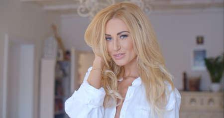 Verführerische Frau im weißen Hemd Blick in die Kamera Standard-Bild - 36550215