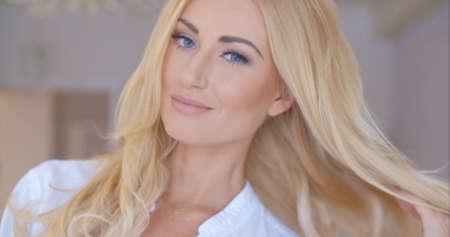 rubia ojos azules: Ligue Mujer rubia mirando a la cámara Foto de archivo