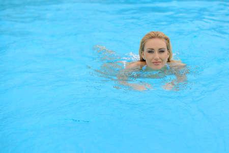 глядя на камеру: Купание девушку на камеру бассейн Looking