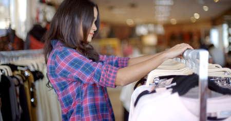 moda ropa: Elegante mujer joven de compras en la tienda de ropa en el centro comercial de moda