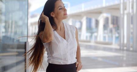 falda: Mujer magnífica negocios de pie en la calle Urbano Ella camisa blanca que desgasta y Negro Falda