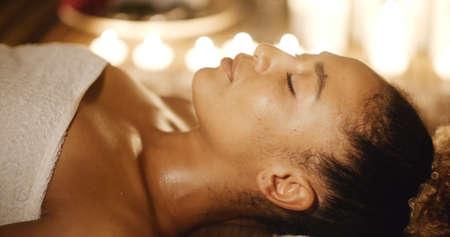 salud sexual: Close up retrato de una mujer joven que yace en mesa de masaje carro tiro Foto de archivo