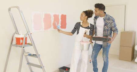 塗料の色の色合いを議論する若いカップル