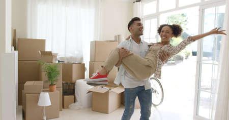 pareja en casa: joven pareja celebración extática su nuevo hogar Foto de archivo