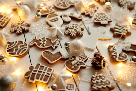 Christmas sweets composition. Gingerbread cookies with xmas decorations Zdjęcie Seryjne