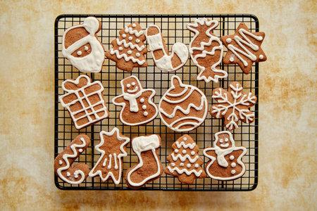 Fresh baked Christmas shaped gingerbread cookies placed on steel grill Zdjęcie Seryjne