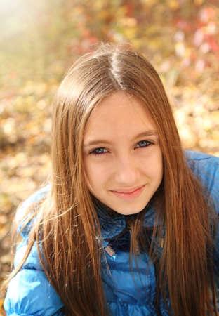 cabello casta�o claro: Retrato de una chica adolescente feliz en el bosque de oto�o Foto de archivo