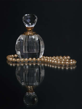 perlas: Antigua botella de perfume de moda con perlas que refleja elegancia